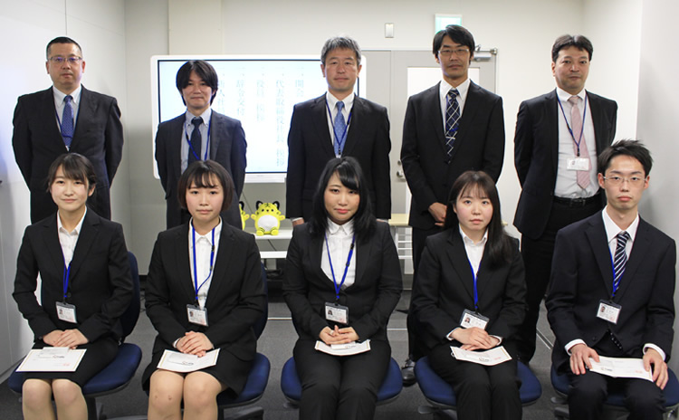 新卒2期生と役員の集合写真